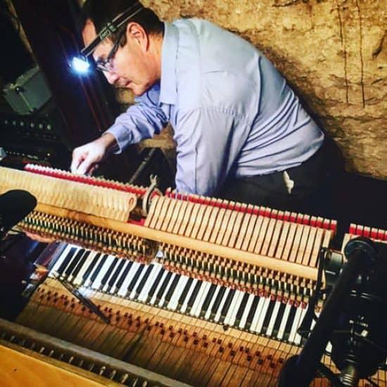 Alejandro Castellón en estudio de grabación